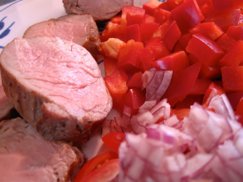 Svinemørbrad med rød peberfrugt, tomater og løg