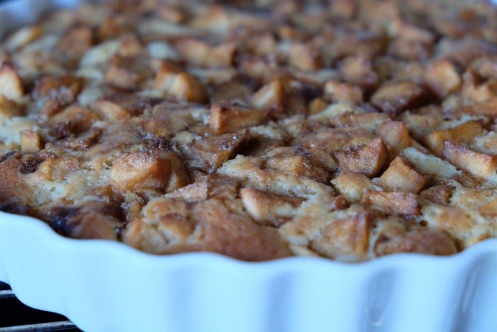Æblekage med brun farin