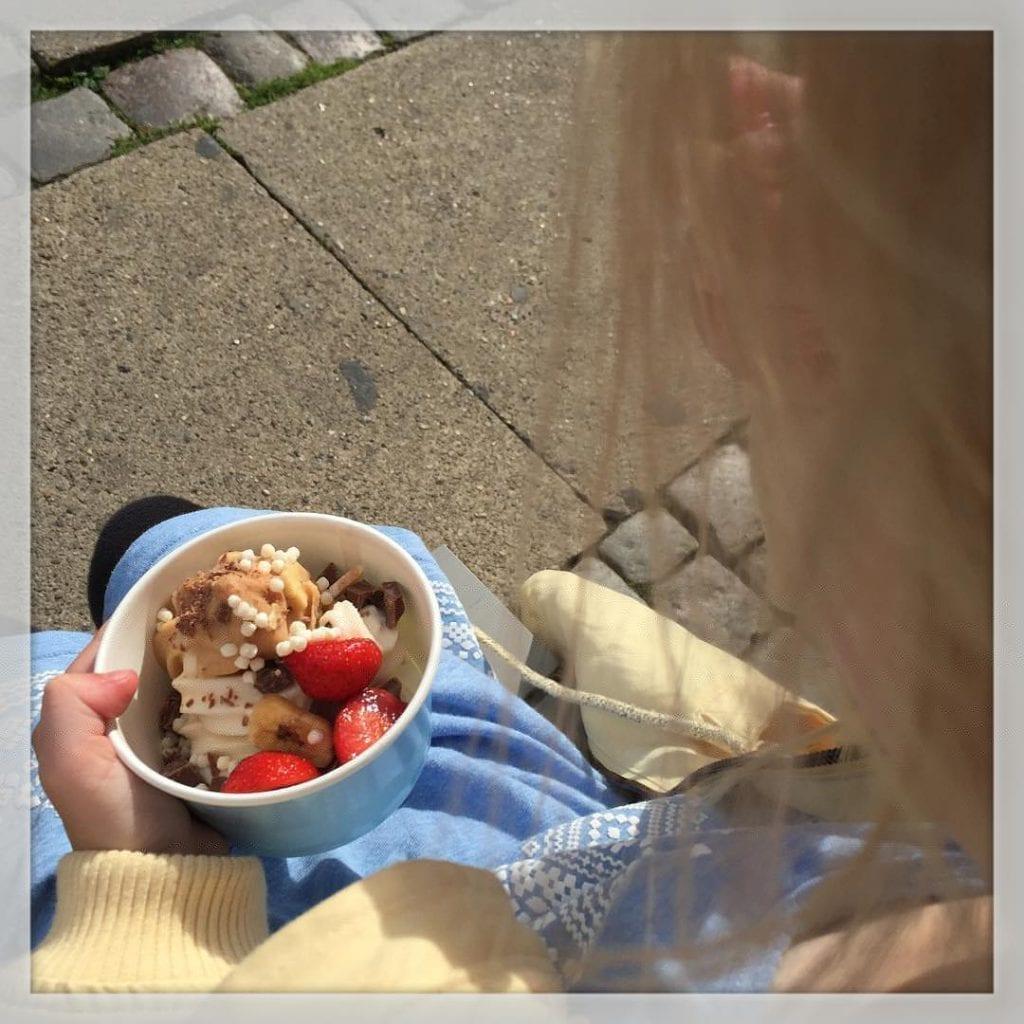 Pigerne spiste is fra @proyobar i gå, mens jeg n? solen og lø stille eftermiddag i Reberbansgade ?????? #latergram #proyobar #is #icecream #weloveit #reberbansgade #mitaalborg #aalborg #ferie ??