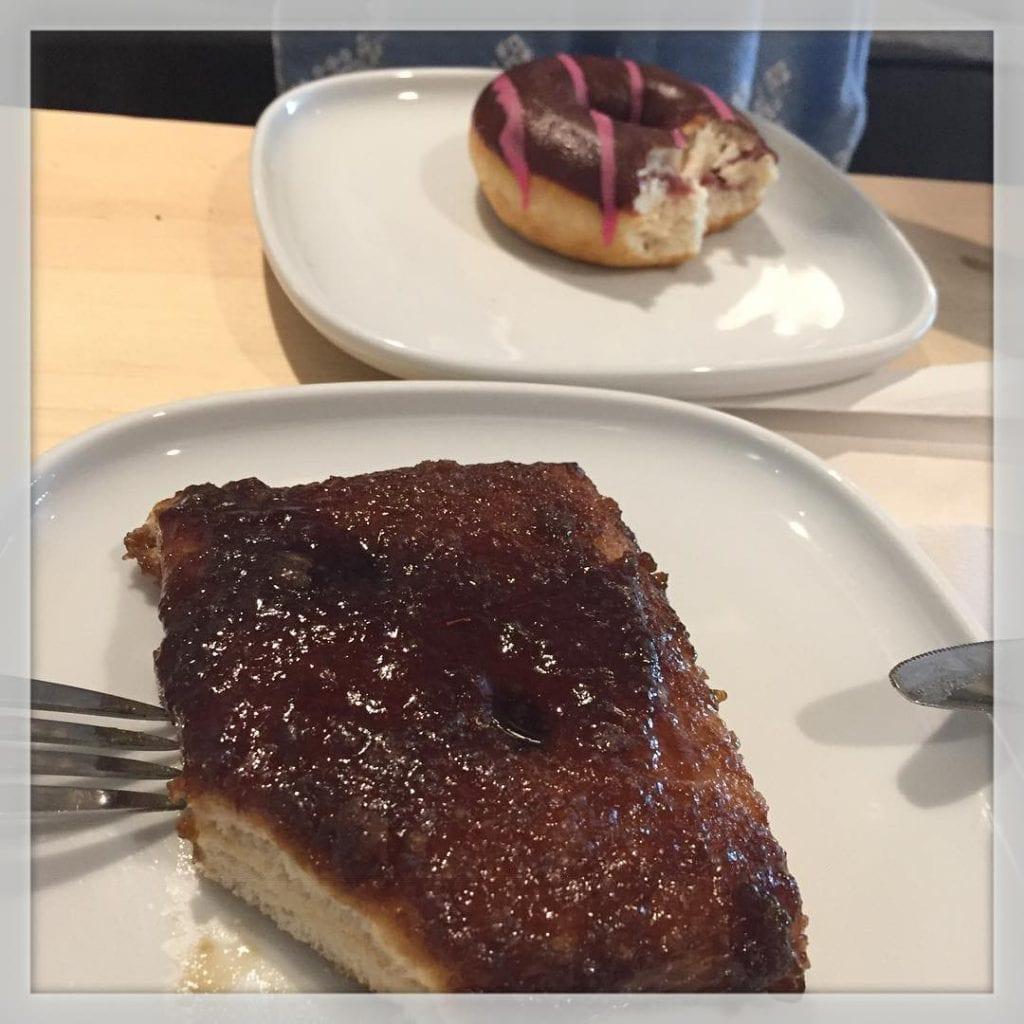 Spiser kage med Vera i IKEA ?????? og ja, jeg spiser med kniv og gaffel ?? #ikea #ikeaaalborg #kage #kaffe #ferie #iloveit ??