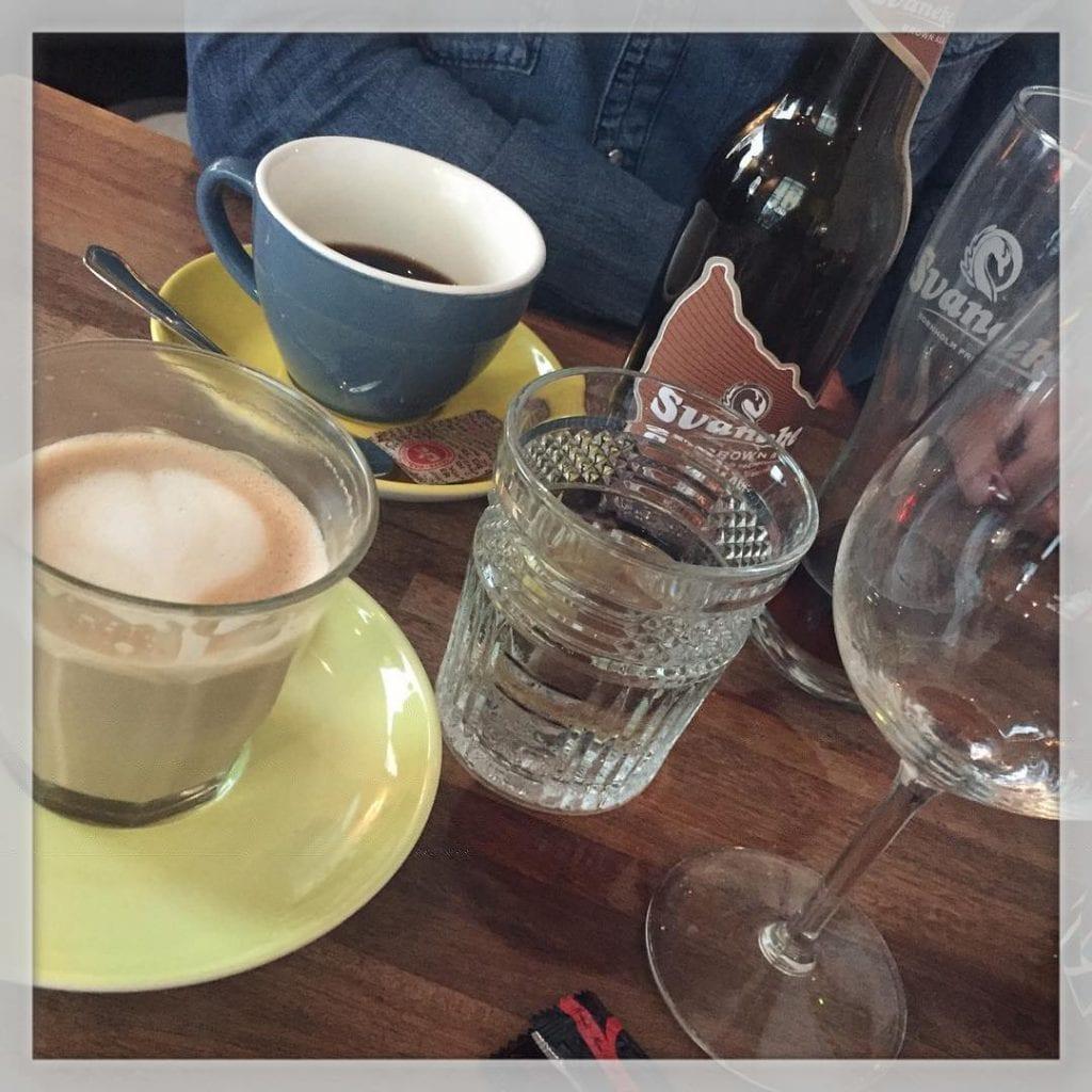Spiser burgere, drikker rosé og nyder kaffe sammen med @kennethbrandborg, mens pigerne er på weekend hos farmor og farfar ?????? #cafevesterå #cafevesteraa @cafevesteraa #burger #rosé #kaffe #cafelatte #fredagaften #iloveit #ferie ??