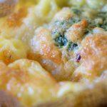 Frokostmuffins med røget laks, mozzarella og spinat